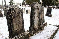 Sepulturas e terra Snowcovered no cemitério na igreja sagrado do coração, lago George, New York, 2016 Imagem de Stock