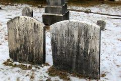 Sepulturas e terra Snowcovered no cemitério na igreja sagrado do coração, lago George, New York, 2016 Fotos de Stock