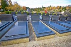 Sepulturas não marcado e anônimos do cemitério imagens de stock royalty free