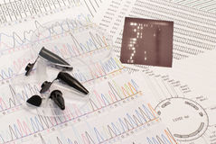 Seqüência do ADN, pratos de Petri e câmaras de ar Foto de Stock