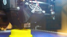 Sequência de trabalho da impressora 3d tripé Imprimir com o filamento plástico do fio na impressora 3D Impressora tridimensional  video estoque