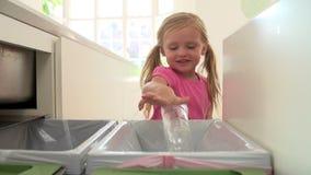 Sequência do movimento lento da menina que recicla o desperdício da cozinha no escaninho filme