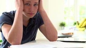 Sequência do movimento lento de menino deprimido que estuda em casa video estoque