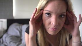 Sequência do movimento lento do adolescente infeliz no quarto vídeos de arquivo