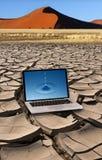 Sequía - agua pura - ordenador portátil y desierto foto de archivo libre de regalías