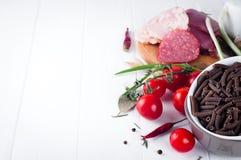 Seque el spiraline italiano de las pastas, tomates de cereza rojos, saussage, aún vida Foto de archivo