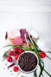 Seque el spiraline italiano de las pastas, tomates de cereza rojos, saussage, aún vida Fotografía de archivo