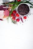 Seque el spiraline italiano de las pastas, tomates de cereza rojos, saussage, aún vida Fotos de archivo