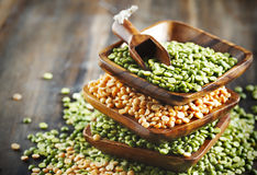 Seque ervilhas verdes e lentilhas no fundo de madeira Foto de Stock Royalty Free