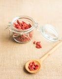 Seque las bayas rojas del goji en cuchara de madera en el fondo rústico para una dieta sana Imágenes de archivo libres de regalías