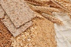 Seque los panes quebradizos con trigo fresco de los oídos, alubias secas de la dieta del trigo, Fotos de archivo