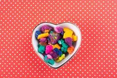 Seque a massa colorida do jogo na bacia dada forma coração Imagem de Stock
