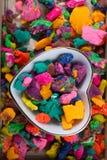 Seque a massa colorida do jogo na bacia dada forma coração Fotografia de Stock Royalty Free