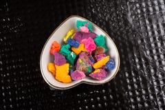 Seque a massa colorida do jogo na bacia dada forma coração Foto de Stock Royalty Free