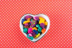Seque a massa colorida do jogo na bacia dada forma coração Fotografia de Stock