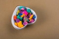 Seque a massa colorida do jogo na bacia dada forma coração Imagem de Stock Royalty Free
