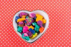 Seque a massa colorida do jogo na bacia dada forma coração Imagens de Stock