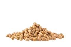 Seque os grãos-de-bico orgânicos crus isolados no fundo branco foto de stock