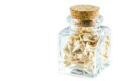 Seque a raiz de aipo esmagada na garrafa de vidro isolada Fotos de Stock