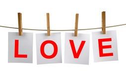 Sequedad de la palabra del amor en una cuerda para tender la ropa Fotos de archivo libres de regalías