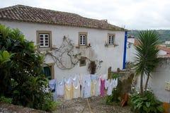 Sequedad de lino en una calle delante de una casa rural Fotografía de archivo