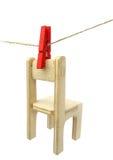 Sequedad de madera de la silla en cuerda para tender la ropa Fotografía de archivo