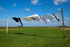 Sequedad del lavadero en línea de ropa contra un cielo azul Foto de archivo