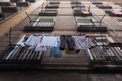 Sequedad del lavadero en una cuerda para tender la ropa en el balcón Imágenes de archivo libres de regalías