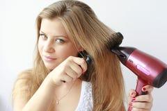 Sequedad hermosa de la muchacha su pelo Foto de archivo