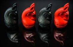 Sequenza dei pezzi degli scacchi di Thai del cavaliere rosso e nero con fondo nero ed il fuoco selettivo Immagini Stock Libere da Diritti