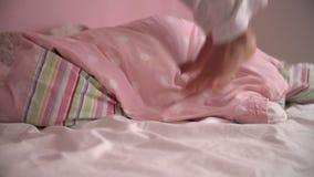 Sequenza del movimento lento dei piedi della ragazza che saltano sul suo letto video d archivio