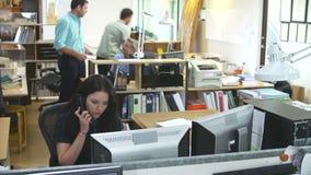 Sequenza di lasso di tempo dell'ufficio di architetti occupato video d archivio