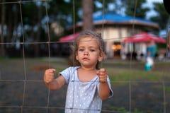 Sequestrada faltante, abusado, refém, menina da vítima apenas no esforço emocional e dor, receoso, restrito, prendido, chamada pa fotos de stock royalty free