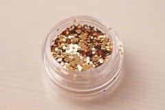 Sequins золота для дизайна ногтей в коробке Яркий блеск в опарниках стоковое фото rf