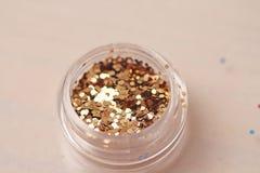Sequins золота для дизайна ногтей в коробке Яркий блеск в опарниках стоковые изображения