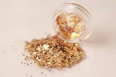 Sequins золота для дизайна ногтей в коробке Яркий блеск в опарниках стоковые фото