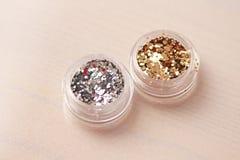 Sequins золота и серебра для дизайна ногтей в коробке Glitte стоковые фотографии rf