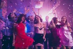 Sequins падают от фиолетового потолка, восторженного, позитивности, happines стоковое фото