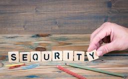 Sequrity Letras de madera en el escritorio de oficina Fondo del negocio y de la comunicación Imagen de archivo