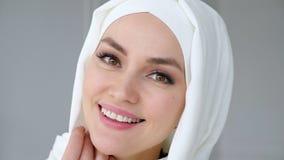 Ser bärande hijab för den attraktiva muslim kvinnan kameran och att le lager videofilmer
