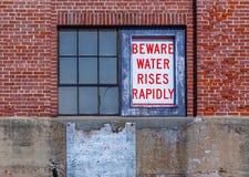 Ser cuidadoso o sinal de segurança da água imagem de stock royalty free