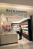 Ser godisar shoppa i Hong Kong Royaltyfri Foto