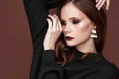 Ser härliga sexiga brunettkvinnor för glamour, som en modell som bär afton, utgör i mager stucken klänning i mode poserar perfekt royaltyfri bild
