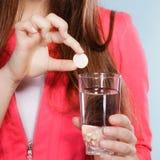 Ser humano con la píldora y agua del calmante Cuidado médico Imagenes de archivo