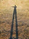 Ser humano da sombra na grama seca Imagens de Stock