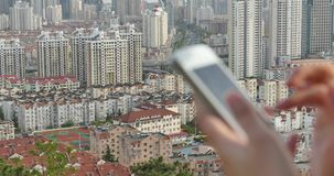 ser humano 4k que usa un smartphone contra fondo urbano moderno del edificio almacen de video