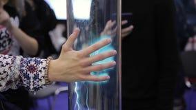 Ser humano põe a mão ao recipiente transparente com um zíper elétrico para dentro vídeos de arquivo