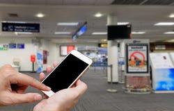 Ser humano que sostiene la pantalla en blanco del teléfono elegante y que espera salidas Imagenes de archivo