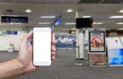 Ser humano que sostiene la pantalla en blanco del teléfono elegante y que espera salidas Fotos de archivo