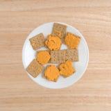 Ser na organicznie całych pszenicznych krakers na białym talerzu obrazy royalty free